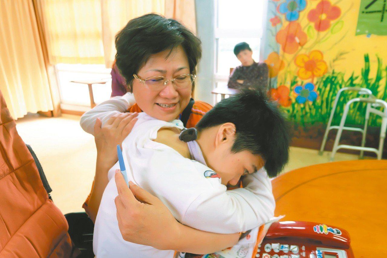 重度腦麻患者小娟(右)很喜歡志工蔡美瑾,見面常給一個大擁抱。 記者張芮瑜/攝影