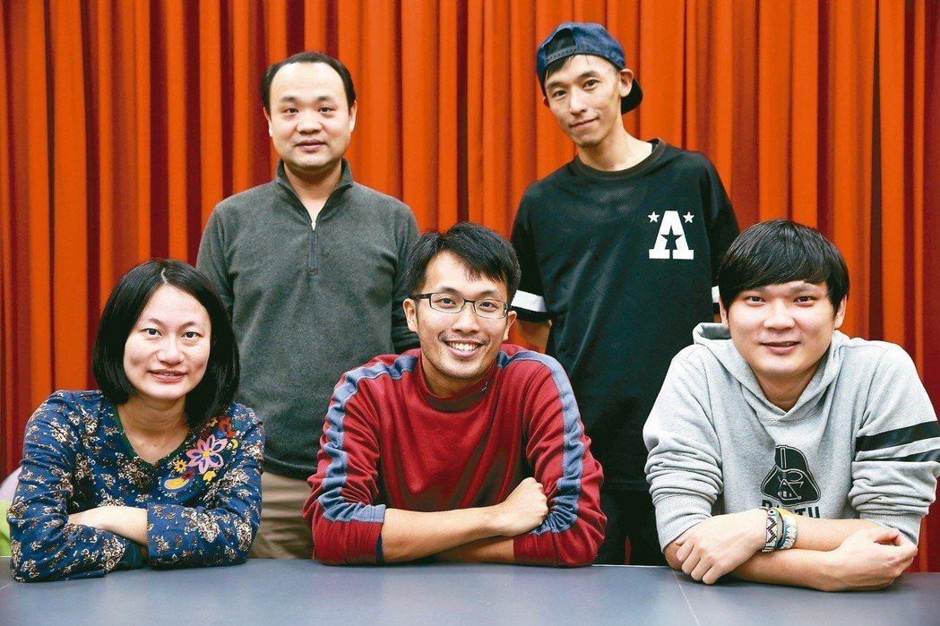 左起為洪平珊、吳宗憲(立者)、陳人平、伊森(立者)、王庭碩。 記者徐兆玄/攝影