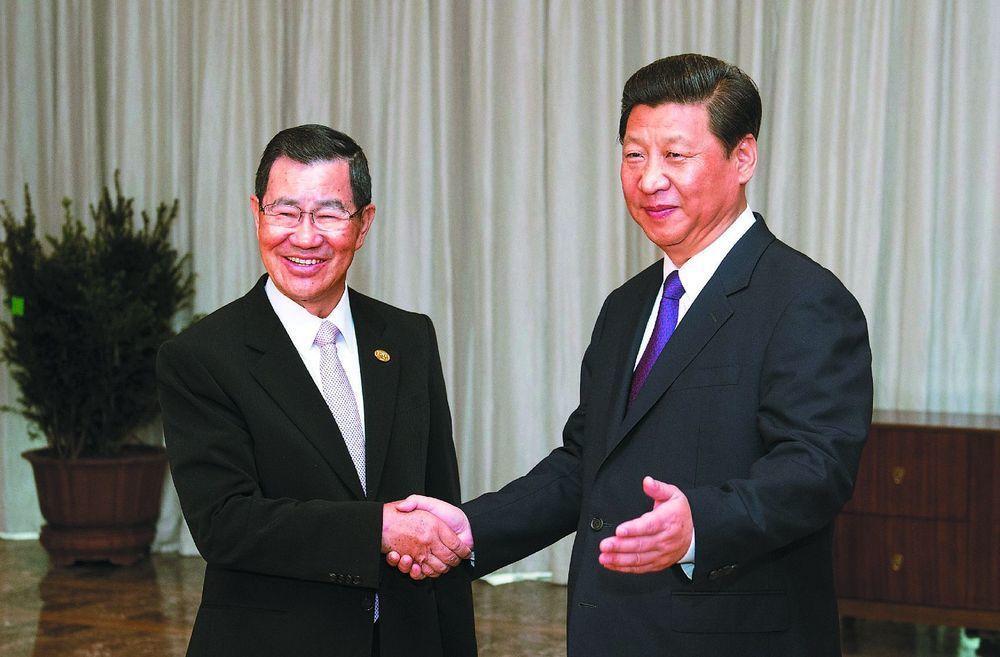 中共總書記習近平(右)曾在2013年博鰲論壇期間會見蕭萬長一行。(中新社)