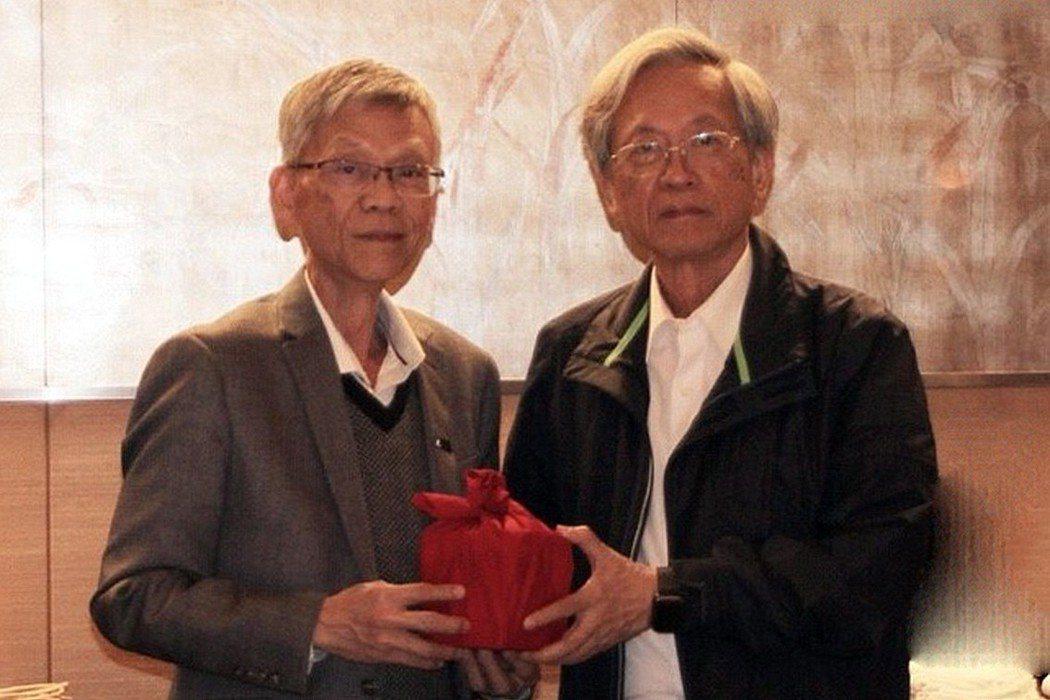 許金榮連任第六屆理事長(左),工研院前董事長史欽泰監交見證。 工研院/提供