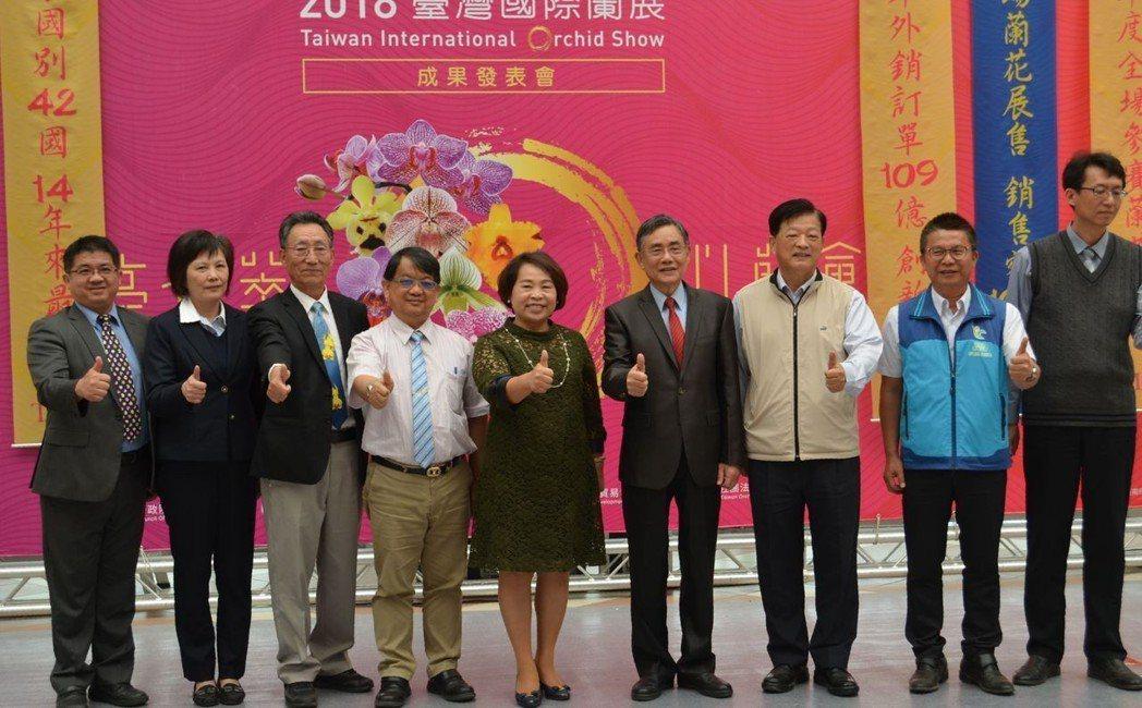 吳宗榮副市長(右四)與出席2018臺灣國際蘭展成果發表會的貴賓合影。  陳慧明 ...