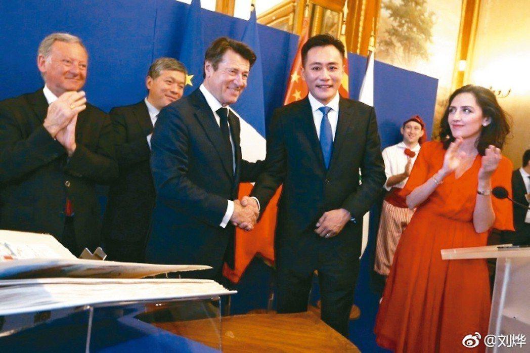 劉燁(右2)獲頒法國尼斯榮譽市民。右紅衣者為劉燁妻子安娜。 摘自微博