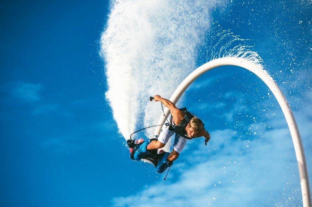 水上鋼鐵人可衝到3層樓的高度,玩家只需練習5至10分鐘,就可飛離水面短暫浮空。 ...