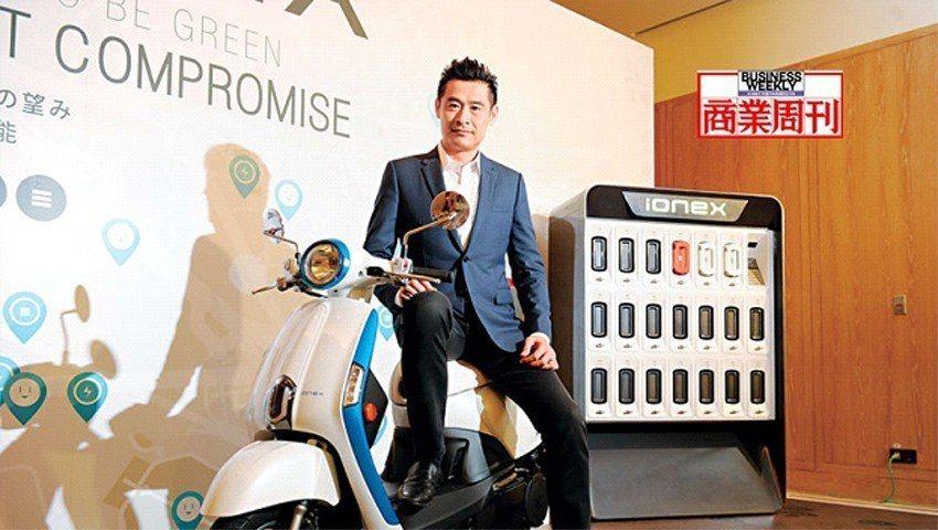 不讓政府獨厚Gogoro,光陽董事長柯勝峯推出電動機車充換電系統,分為隨車銷售的...