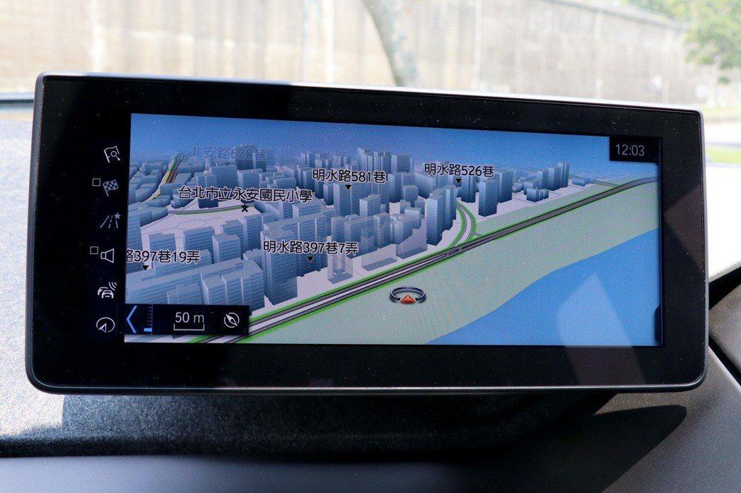 6.5吋iDrive中央顯示螢幕提供原廠衛星導航。 記者陳威任/攝影
