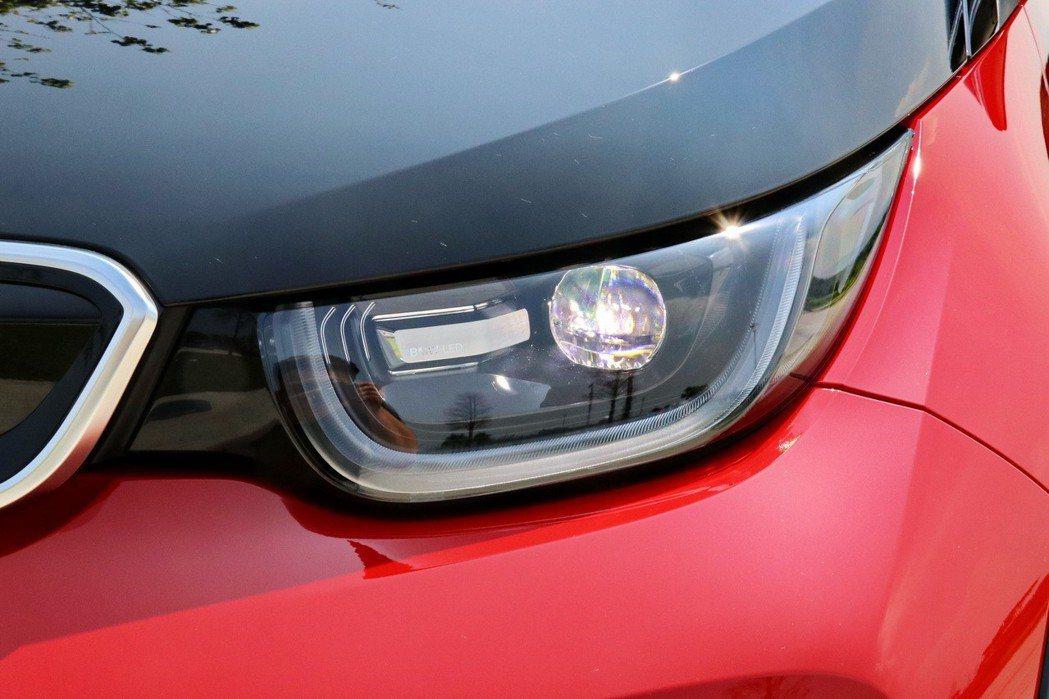 BMW i專屬的LED U型頭燈。 記者陳威任/攝影