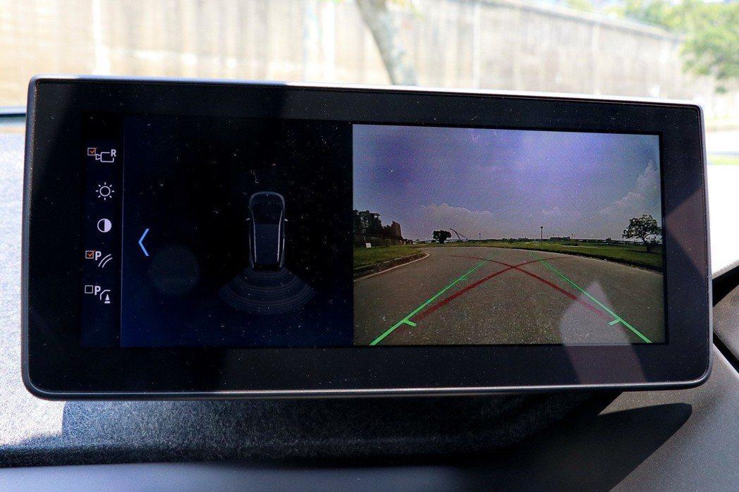 BMW i3s配備倒車輔助攝影。 記者陳威任/攝影