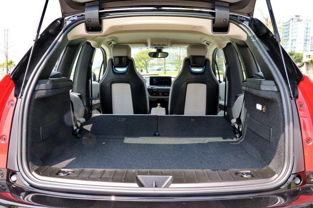 透過後座椅前傾,提供更好的置物空間。 記者陳威任/攝影