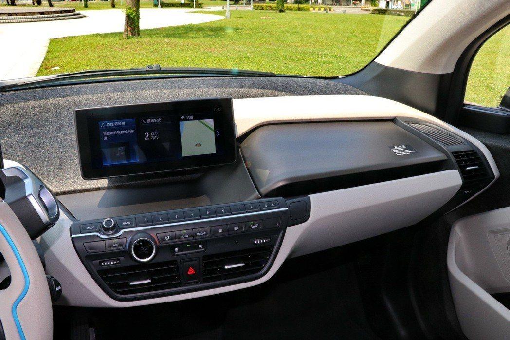 BMW i3s內裝運用大量可回收材質。 記者陳威任/攝影