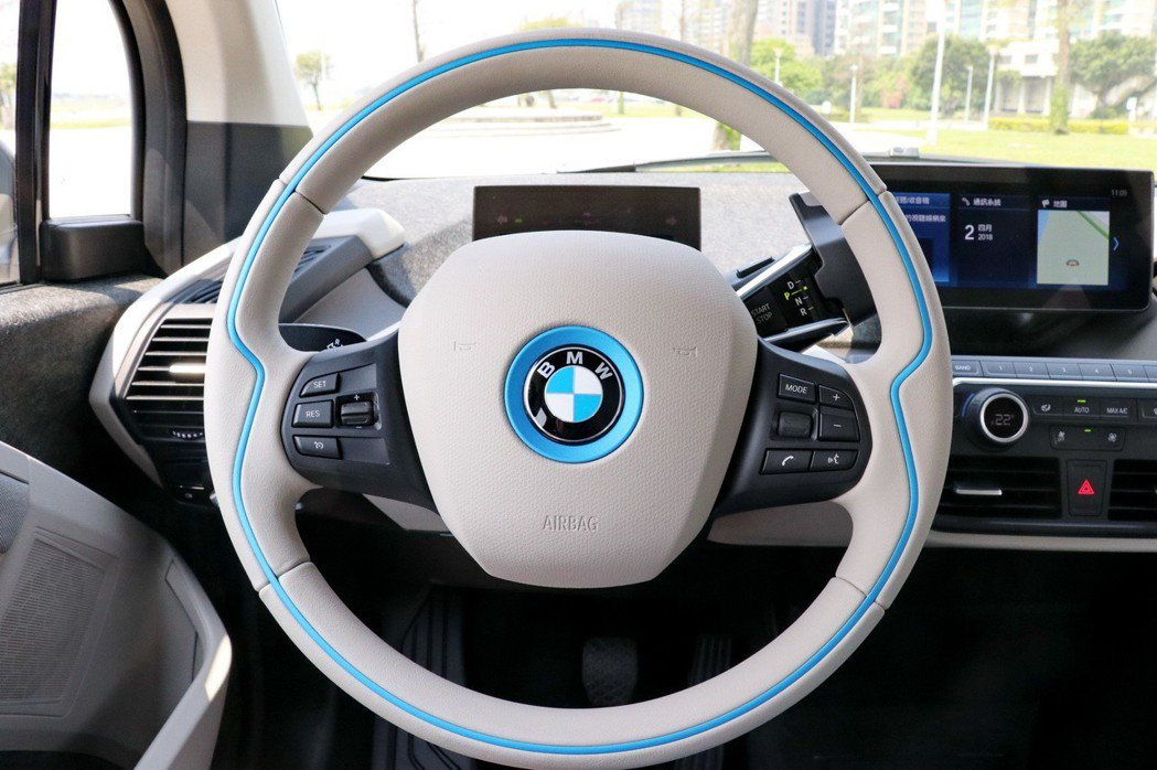 運用藍色元素的方向盤,象徵BMW i3s的永續精神。 記者陳威任/攝影