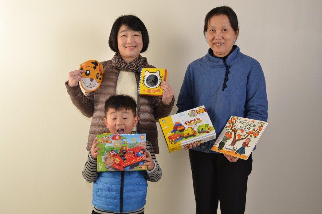 閱讀童書和玩玩具能適度舒緩孩童就醫的緊張感,羅東博愛醫院小兒科醫師吳淑娟(右)因...