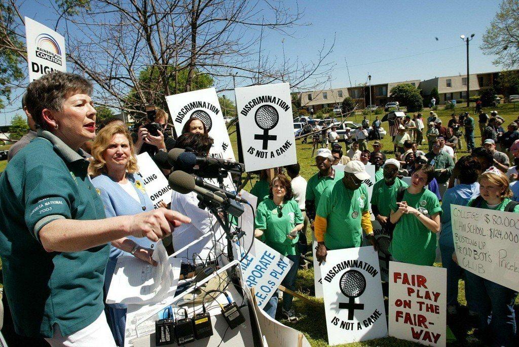 女性主義學者瑪莎.柏克(Martha Burk),曾公開向當時排除任何女性會員的...