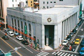 登林百貨頂樓,俯瞰對街土地銀行。 (圖/王盛弘攝影)