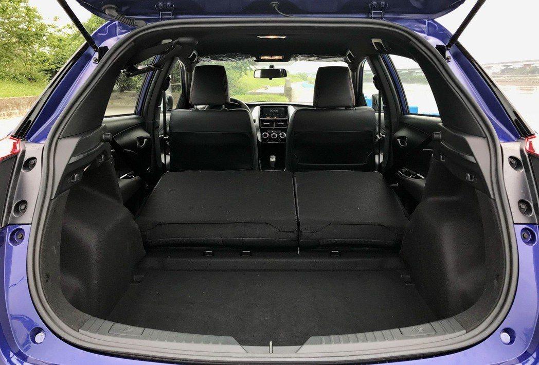 Yaris後車廂提供6/4分離,置物空間稍稍不夠平整。 記者陳威任/攝影
