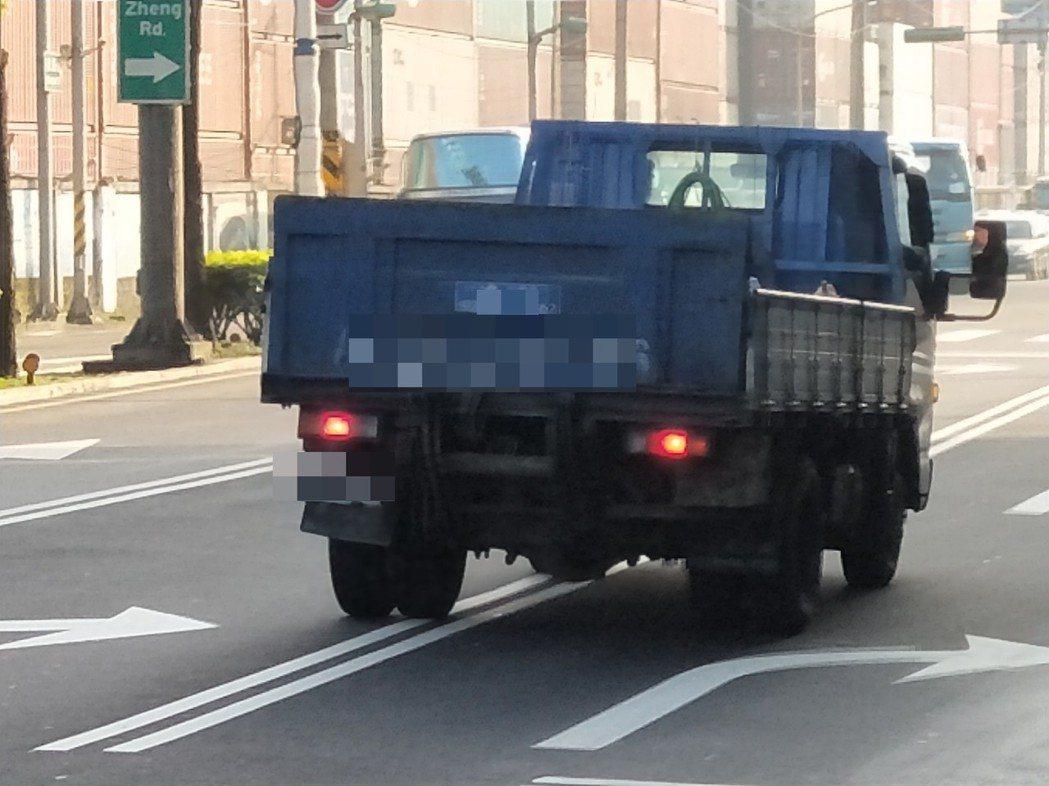 一輛小貨車在中正路違規跨越雙白線而不自知。記者游明煌/攝影