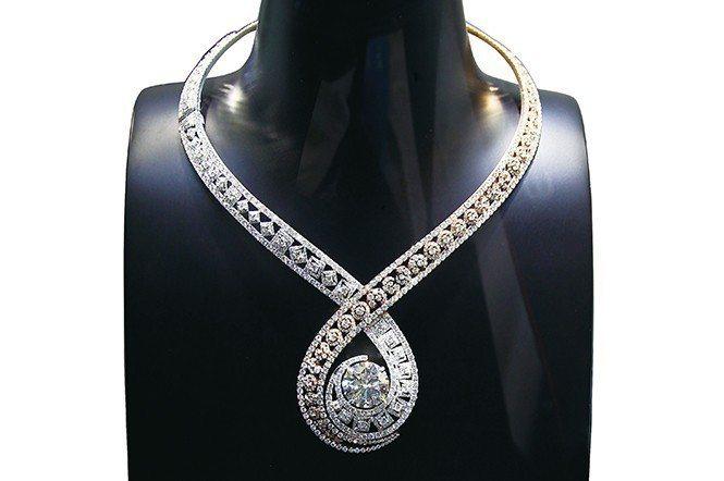 PLUCDIAM鑽利香港公司曾於貿發局香港展時,展出一件鑲嵌1,428顆鑽石,主...