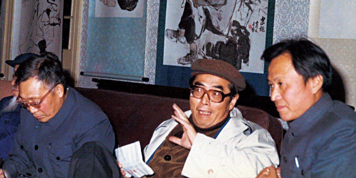 1982年,劉振夏應邀於上海中國畫院舉辦畫展,程十髮評論劉振夏作品。