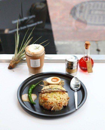 日式炊飯200元(前)/不同於無水咖哩的清爽口感,擺上柳葉魚、再灑上檸檬皮,在濃...