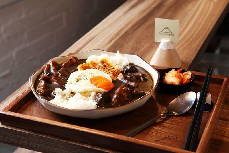 富士咖哩雙拼(牛肉+雞肉+起士)200元/以雞骨為湯底,融洽地打造出適中的咖哩風...