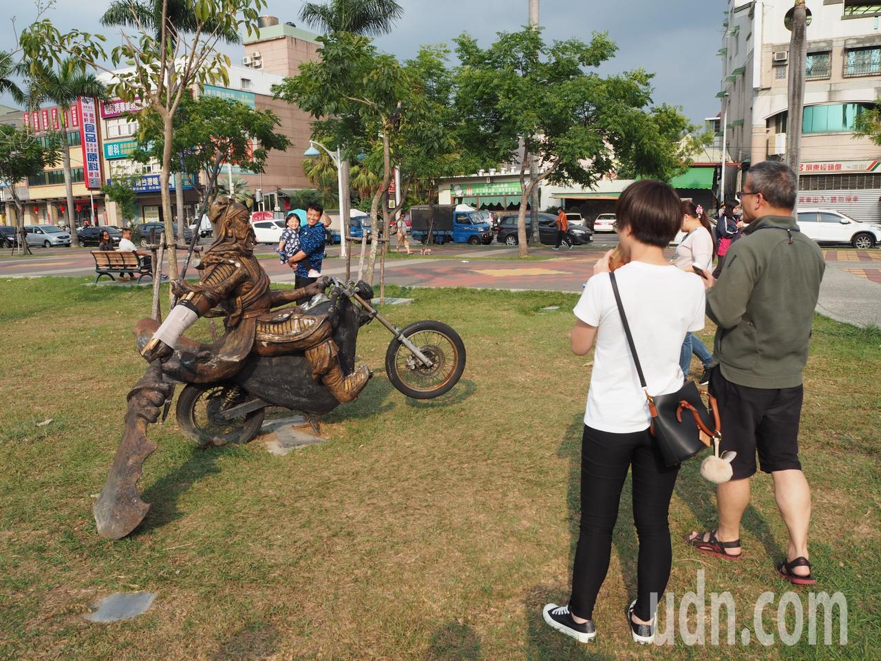 屏東市千禧公園斷手的「關公騎機車」裝飾藝術品被民眾「接骨療傷」成為民眾注意的焦點...