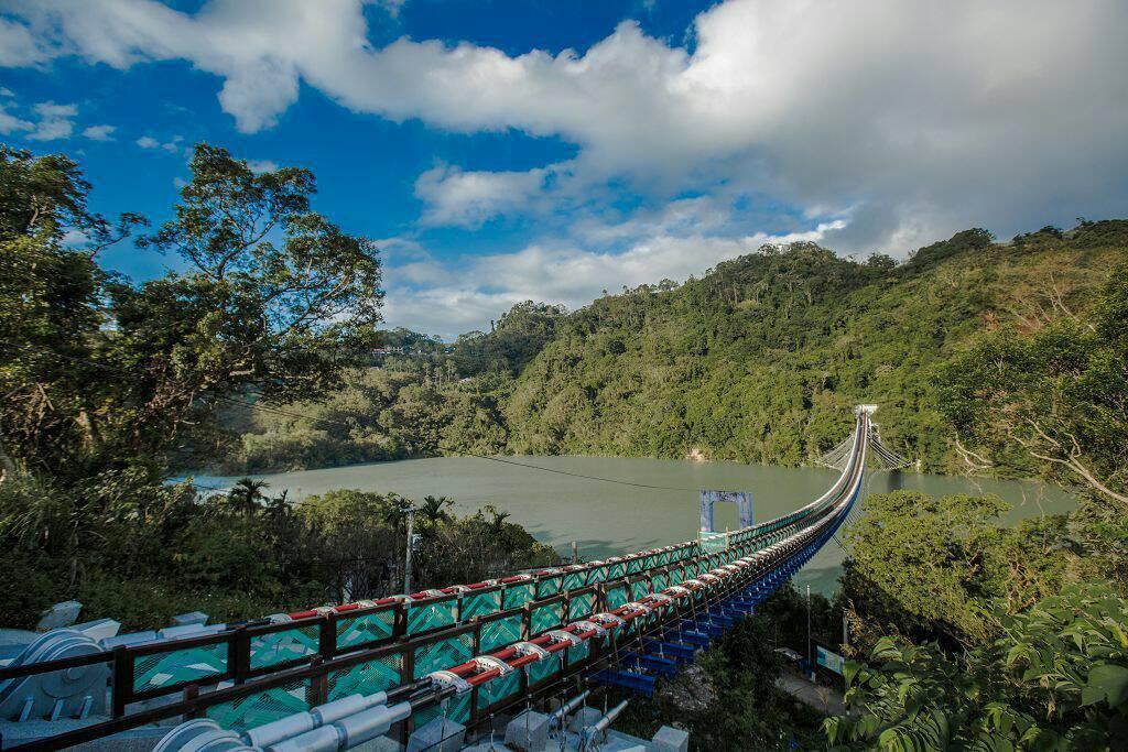 桃園市復興區「新溪口吊橋」湖光山色的美景。圖/觀旅局提供