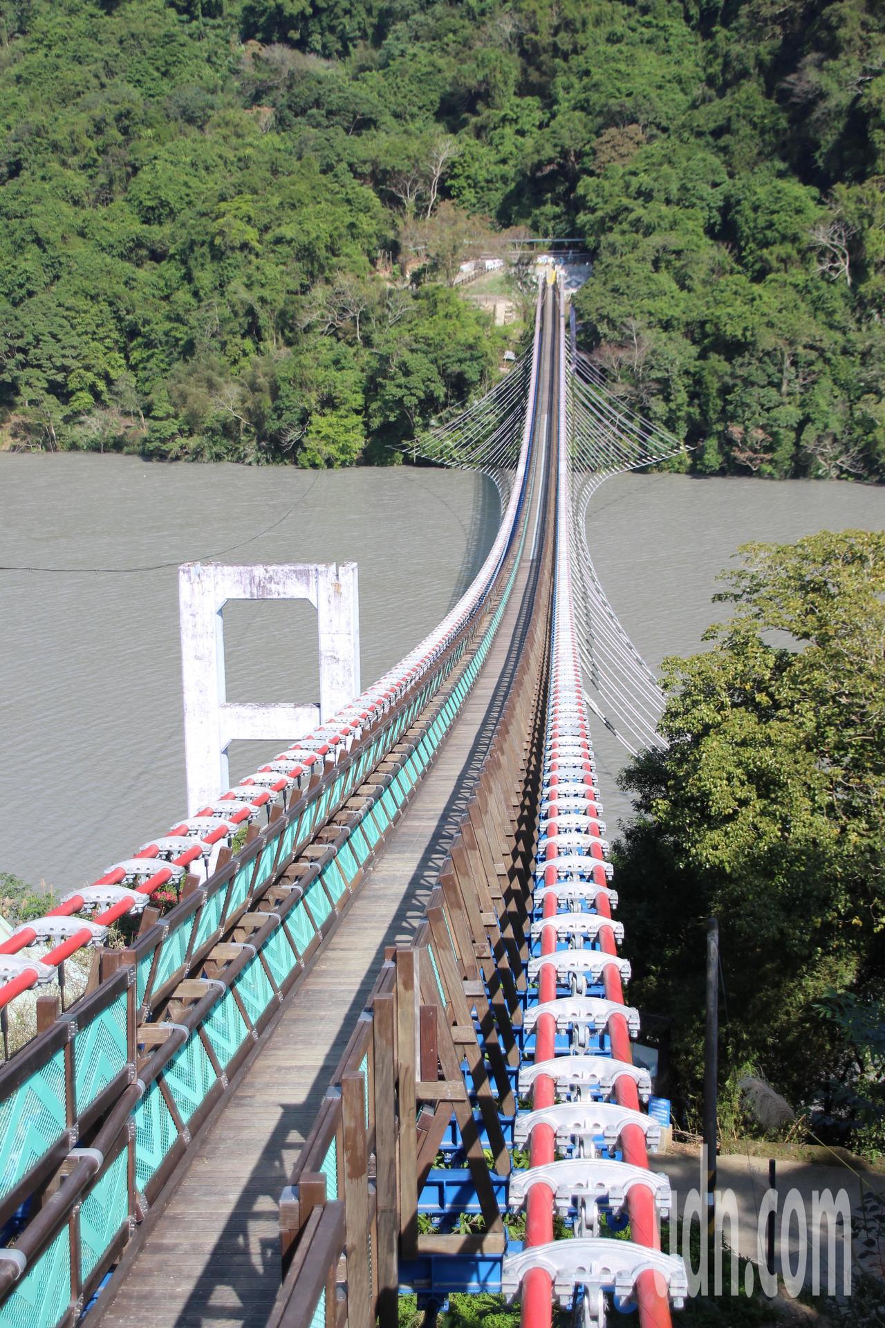 桃園市復興區新溪口吊橋,可俯看石門水庫之美。記者許政榆/攝影