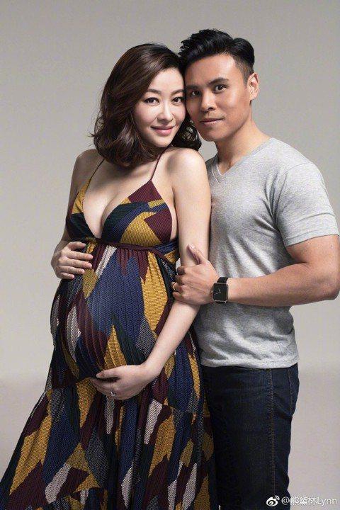 香港媒體報導,去年11月宣布懷孕的女星熊黛林很可能即將在本月內開刀,消息指稱熊黛林去年嘗試人工受孕成功,如今腹中胎兒很可能是雙胞胎女兒。不過對於是否真的是雙胞胎女兒,熊黛林及其家人都並未對外說明,只...