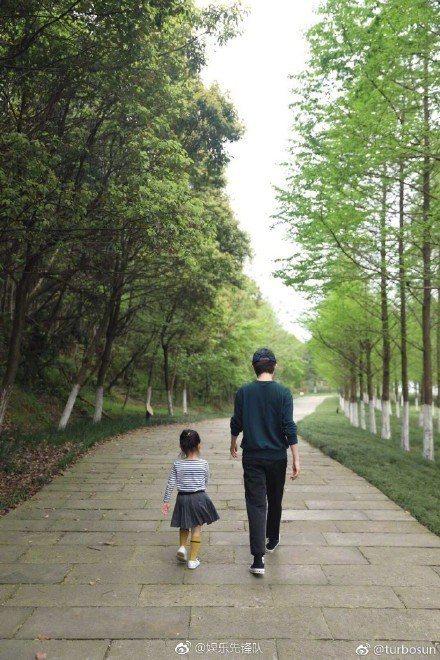 孫儷與女兒小花。圖/摘自微博
