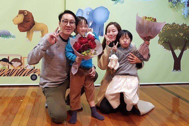 李輝才一家人揮別「超人回來了」節目。圖/截圖自IG