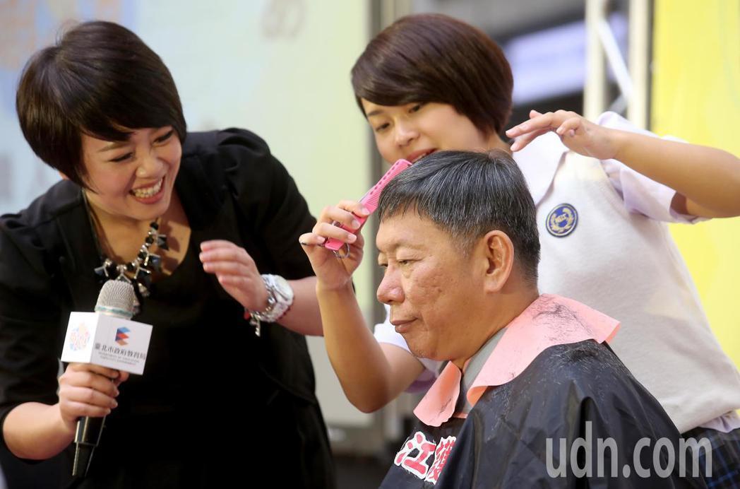 台北市長柯文哲獻髮力挺技職教育,讓稻江護家學生在百人面前替他理髮。記者余承翰/攝...