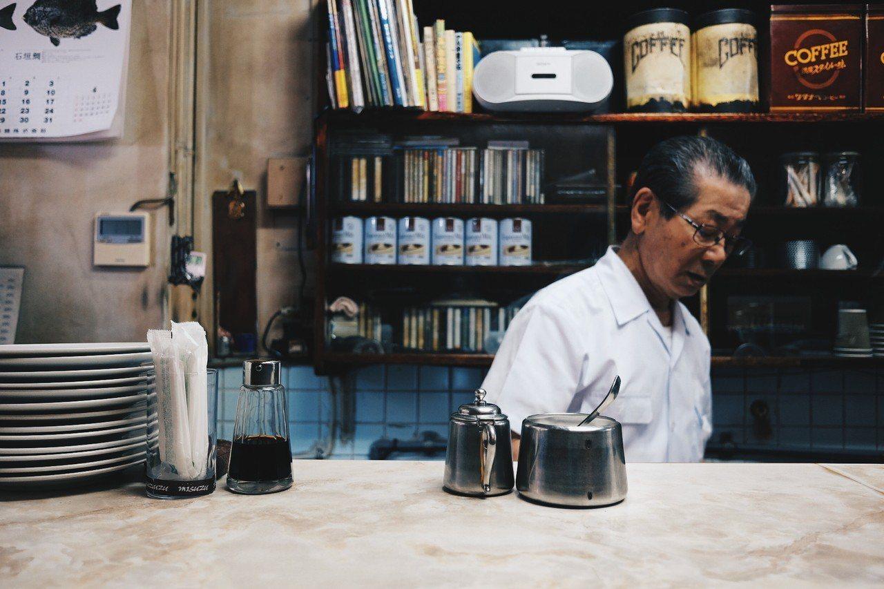 白髮蒼蒼的老闆,沖煮咖啡數十年如一日,依舊堅持著職人崗位。記者黃仕揚/攝影