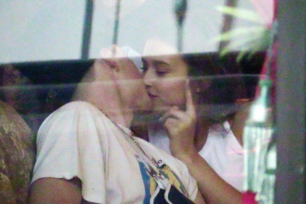 布魯克林貝克漢(左)被拍到與「花花公子」嫩模蕾西伍德(右)接吻。圖/CFP