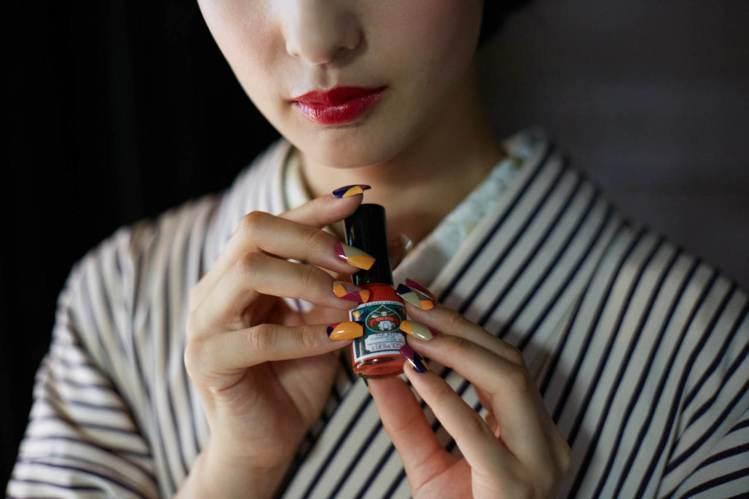京都260年繪具專門店上羽繪惣胡粉指甲油,展現細膩和風情調。圖/上羽繪惣提供