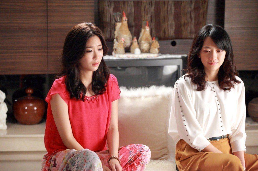 范宸菲(右)、安唯綾演出「在愛之外」分飾正宮、小三。圖/大愛台提供