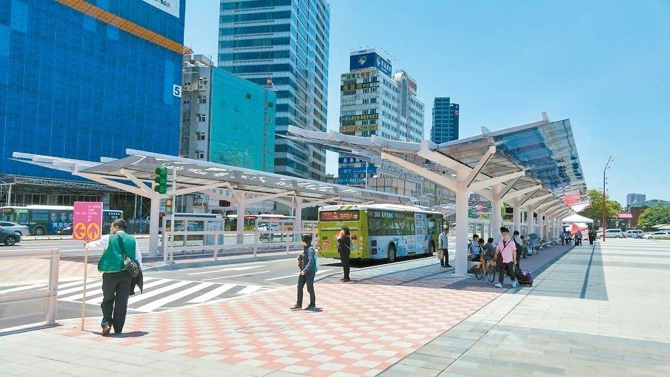 為了方便民眾等公車,北市府近年來廣設智慧站牌,其中包括台北車站的交6公車站區。 ...