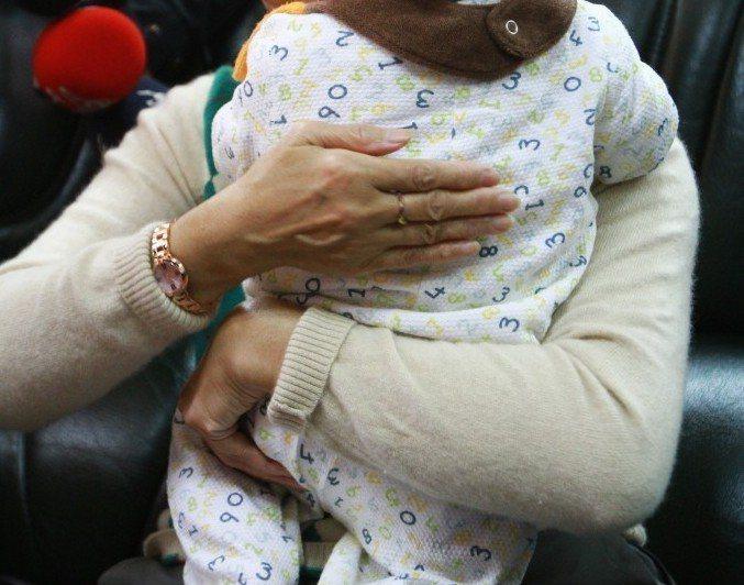 不少大人見孩童嗆食,第一時間便立即幫他拍背、盼將異物咳出,且一旦咳嗽緩解,就誤以...