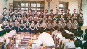 國小四年級的合唱比賽,本文作者許榮哲為前排右起第四位。(圖/曾如玉提供)