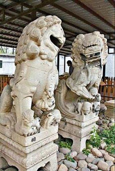在圓明園流散文物展上,左側的石獅子口中僅剩一顆石球。 圖/取自網路