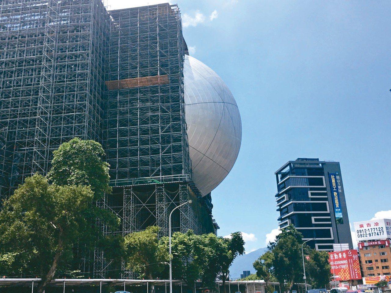 台北表演藝術中心球形劇場突出方殼,外界笑說有如大白眼。 記者何定照/攝影