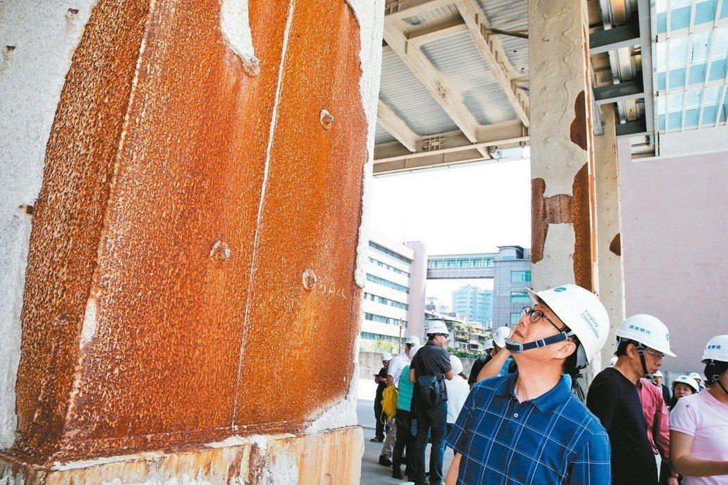 台北市長擬參選人丁守中(前)上午進入大巨蛋視察,認為可先完工。 記者徐兆玄/攝影