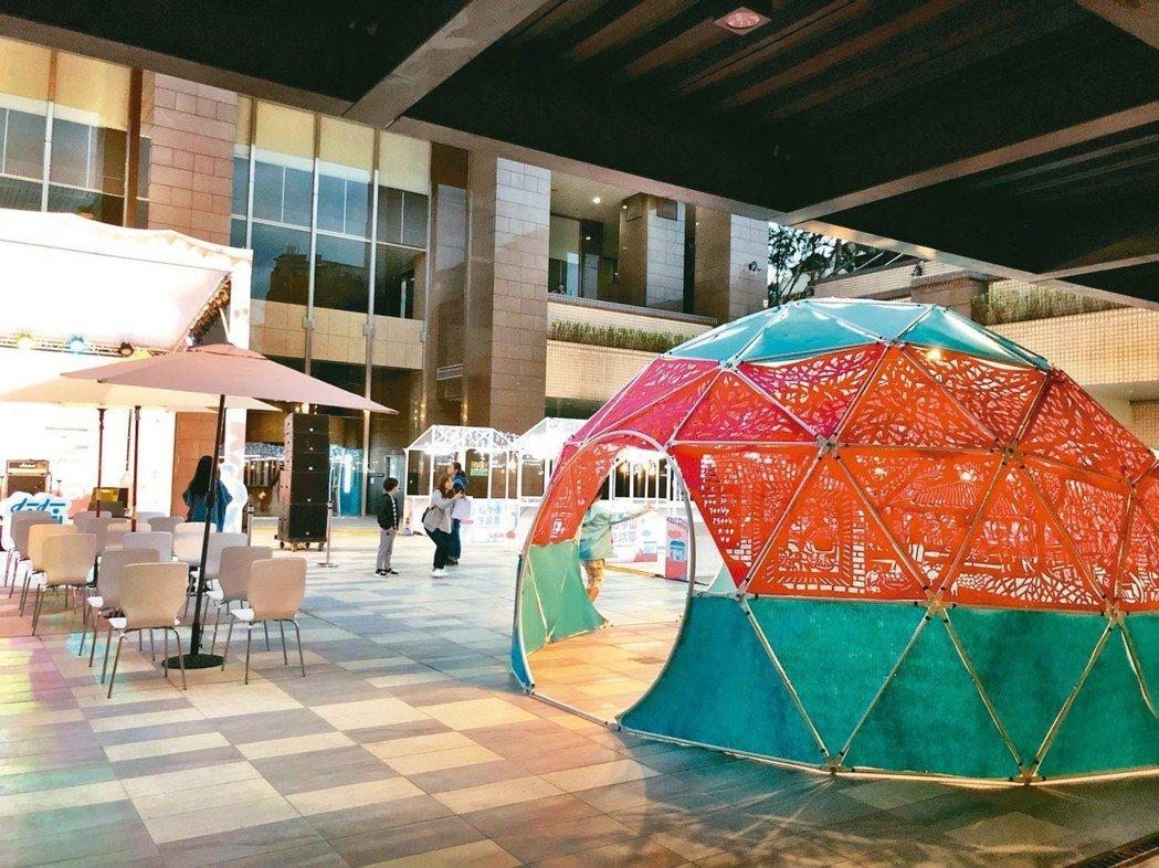 藝術家成若涵打造半球體裝置藝術,將在地商家、職人及城市樣貌濃縮在圖雕中。 圖╱台...