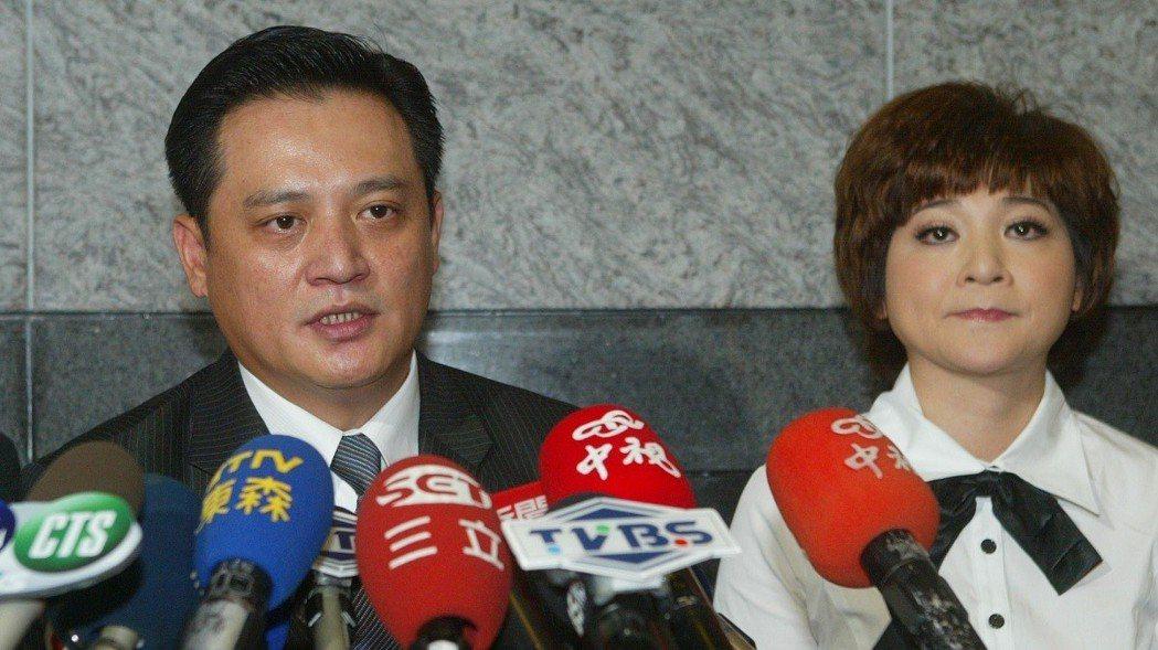 黃品文(左)、王彩樺(右)夫婦,2010年2月曾一同在記者會亮相,澄清和與陳致遠...