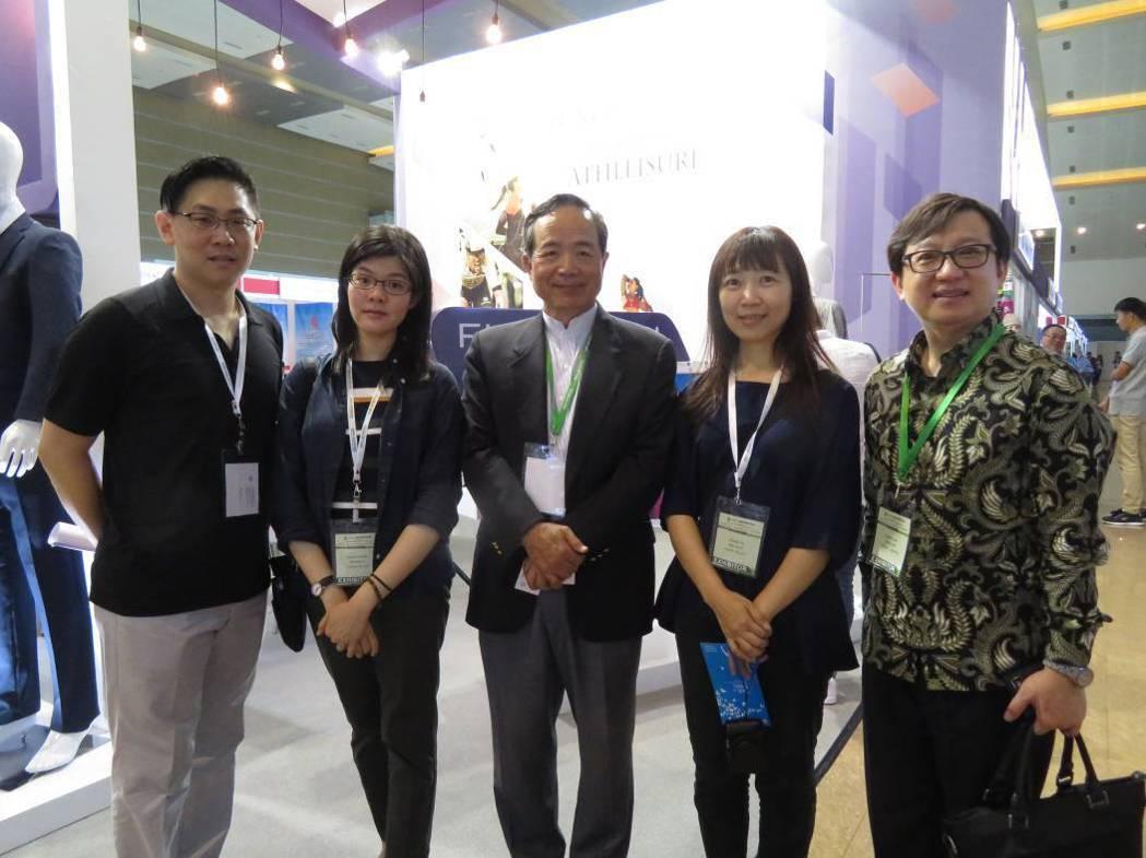 駐印尼台北經濟貿易代表處陳忠大使(中)前來為台灣廠商加油打氣。 紡拓會/提供