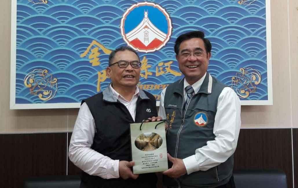 金門縣副縣長吳成典(右)致贈紀念品給台灣好報社長宋智忱。 李炎奇/攝影