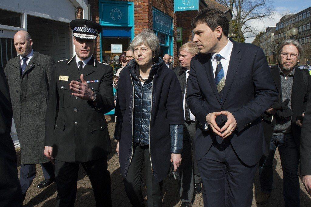 英國首相梅伊(中)前往事發地點視察。 圖/歐新社