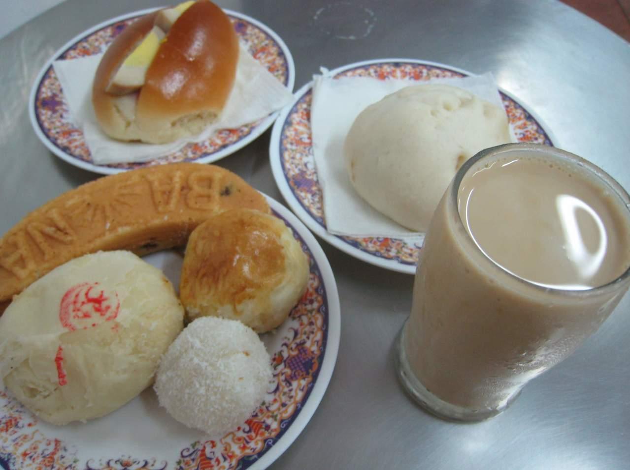 老江紅茶牛奶搭配傳統點心,是許多老顧客最愛。記者張信宏/攝影