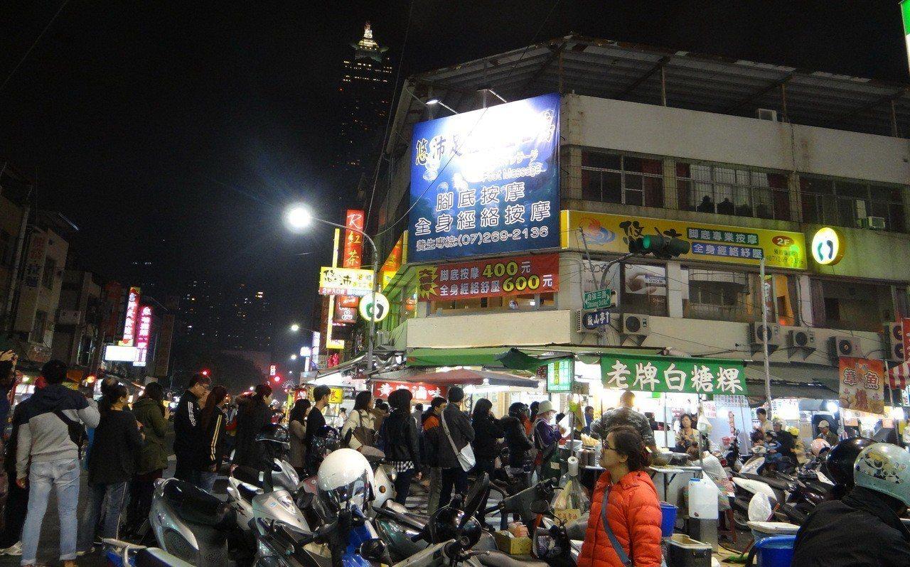 「老牌白糖粿」常見陸客排排等。 記者謝龍田/攝影