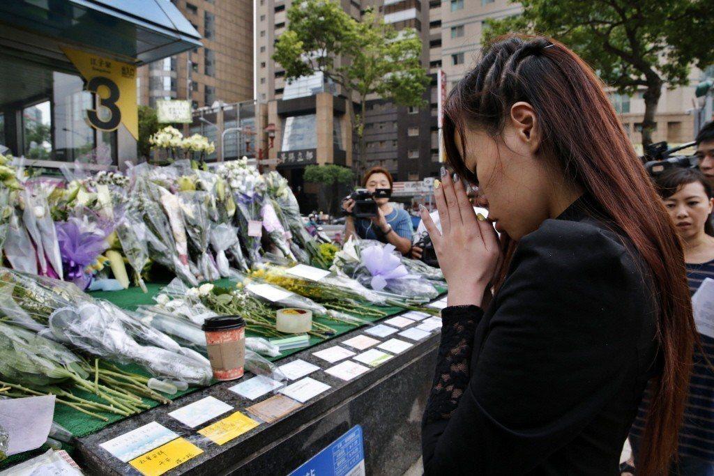 2014年台北發生捷運隨機殺人案震驚台灣社會,民眾前往事發地點獻花哀悼。 圖/聯...