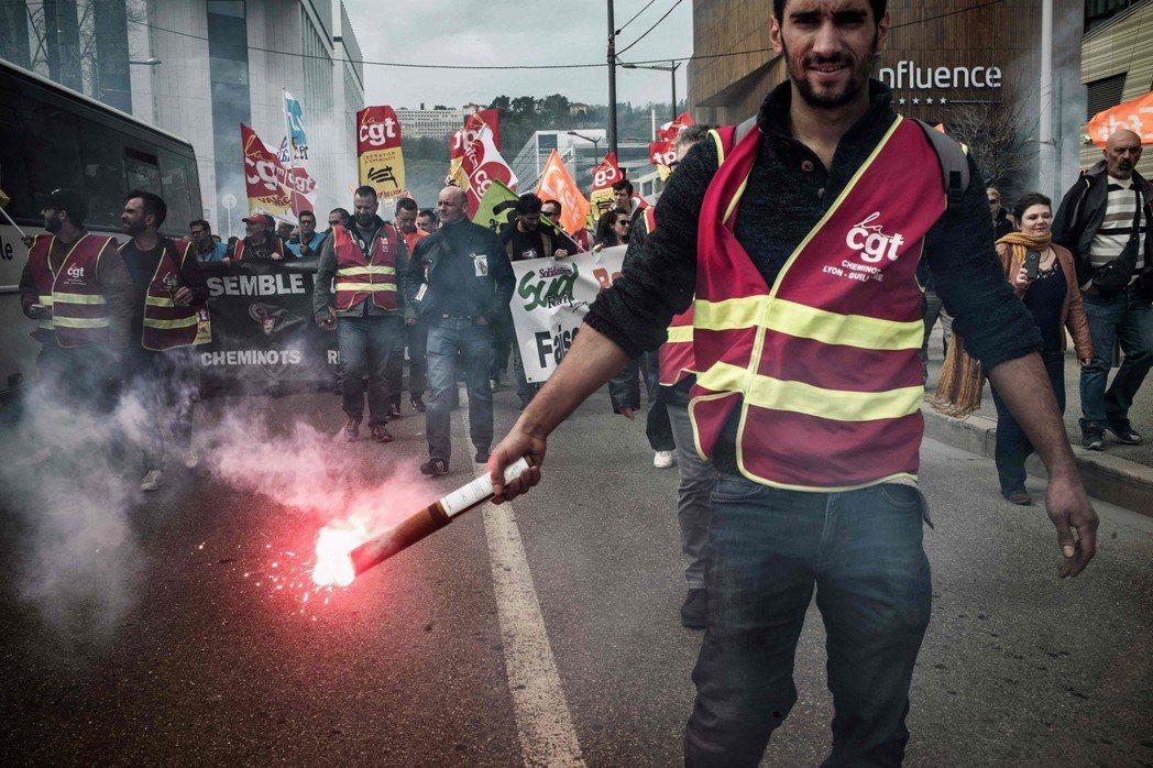 為何在2018年的4月罷工中,全體動員的SNCF卻不再享有輿論優勢,反倒顯出一種...