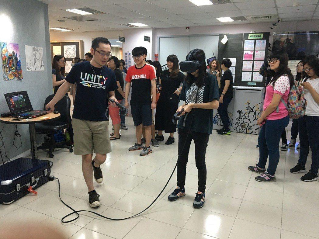 文藻外大持續建構創新翻轉學習模式,圖為數位內容與管理系建置專業VR教學設備。 文...